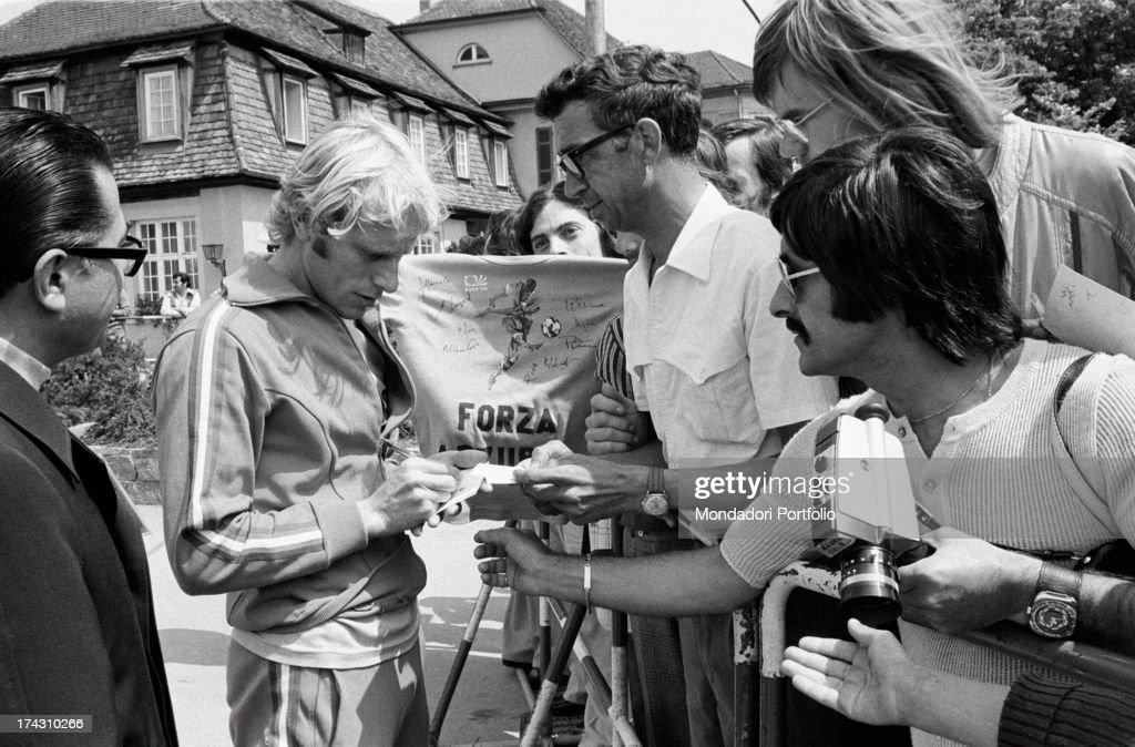 Luciano Re Cecconi Signing Autographs : Fotografía de noticias