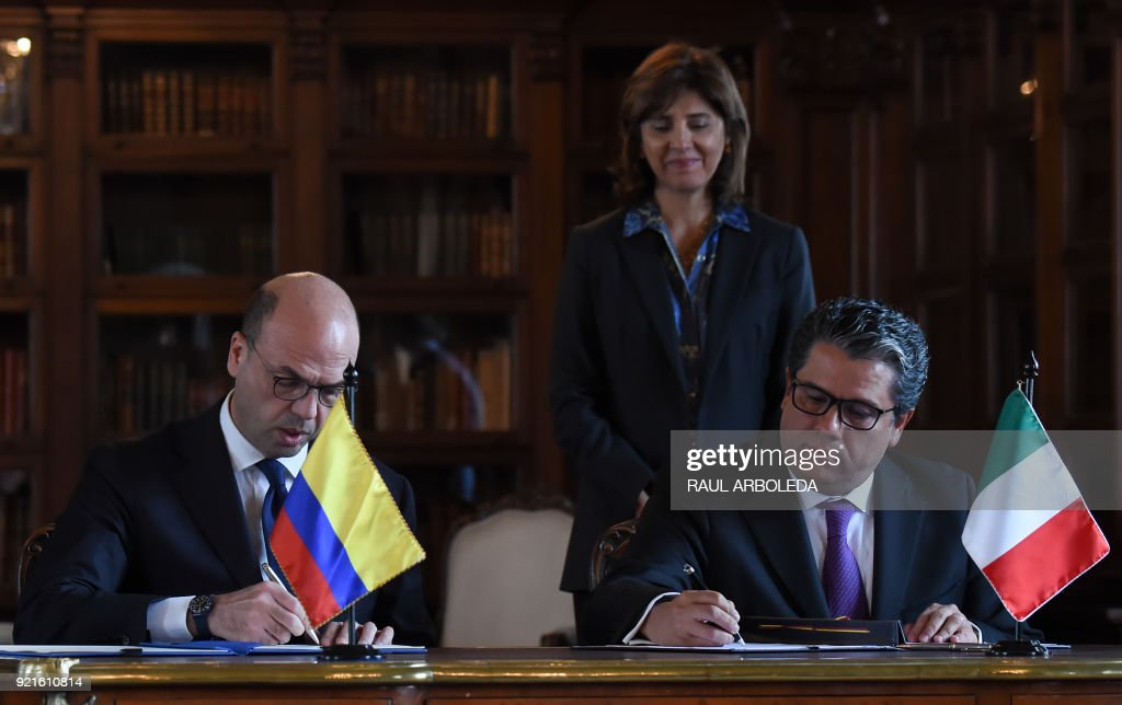 Italian Foreign Minister Angelino Alfano (L) and Colombian Minister of Mines and Energy German Arce, sign a memorandum about energy resources at San Carlos palace in Bogota, on February 20, 2018. PHOTO / Raul ARBOLEDA