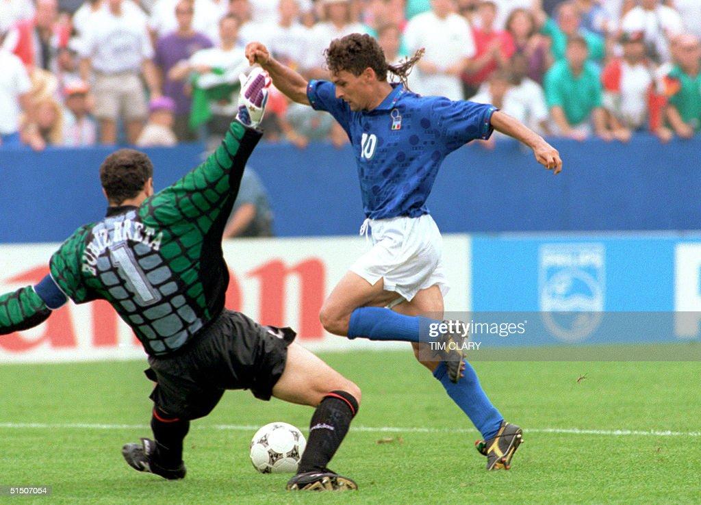 Italian forward Roberto Baggio (R) dribbles past S : News Photo