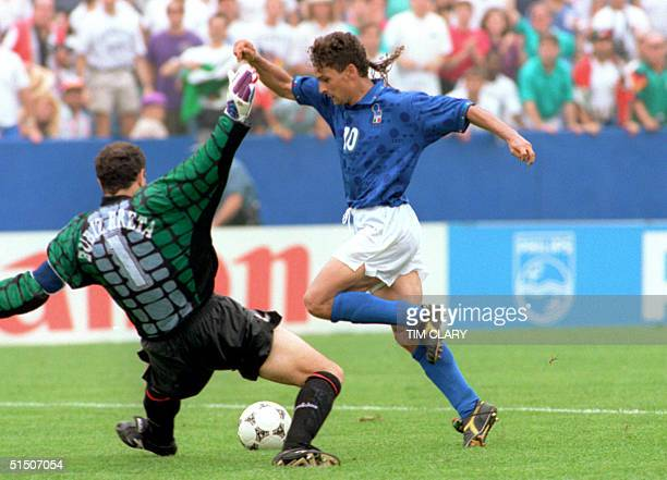 Italian forward Roberto Baggio dribbles past Spanish goalkeeper Andoni Zubizarreta to score his team's first goal 09 July 1994 at Foxboro stadium in...