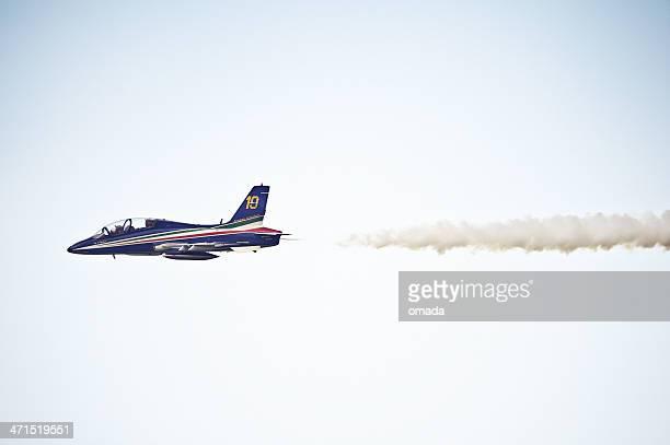 frecce tricolori acrobacia aérea italiana equipo - bandera italiana fotografías e imágenes de stock