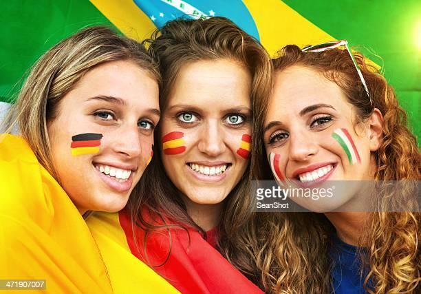 Italienische, deutsche und spanische Fans.  Brasilianische Flagge im Hintergrund.