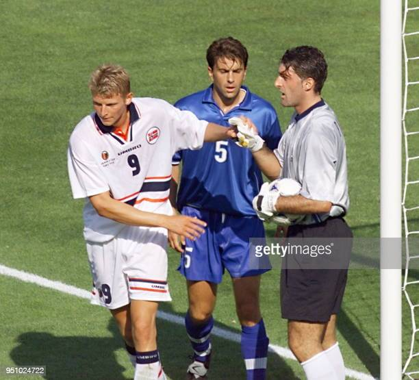 Italian goalkeeper Gianluca Pagliuca speaks to teammate Alessandro Costacurta as Norvegian forward ToreAndre Flo holds his hand 27 June at the Stade...