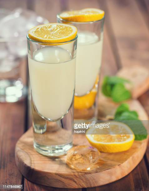 イタリアンリモンチェッロ、レモンを使った伝統的なリキュール - アマルフィ海岸 ストックフォトと画像