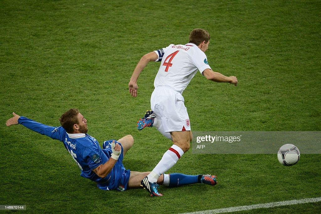 Italian midfielder Daniele De Rossi (L)  : News Photo