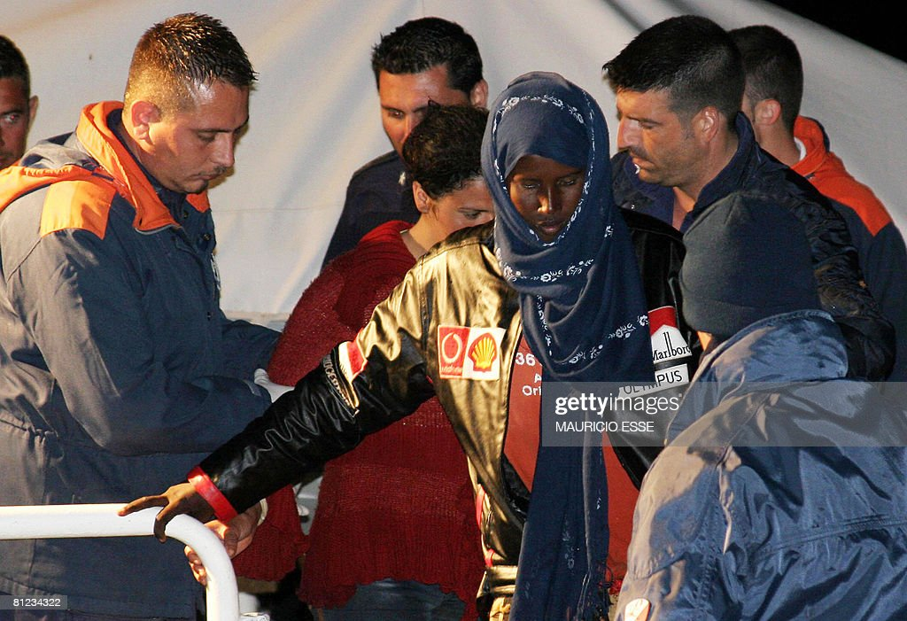 Italian Military navy soldiers help a So : News Photo
