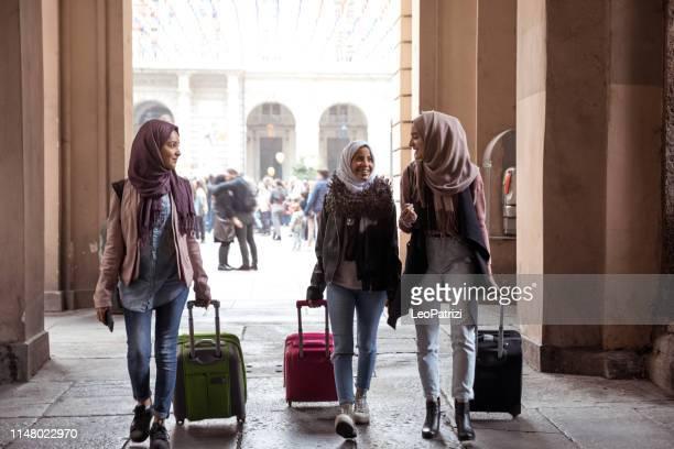 millennials italiani - tre amici in città - islam foto e immagini stock