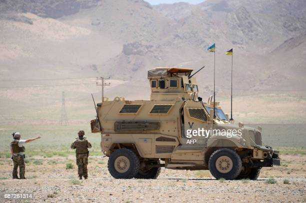 Italian NATO soldiers and Afghan security forces patrol in the Guzara district of Herat province on May 23 2017 / AFP PHOTO / HOSHANG HASHIMI