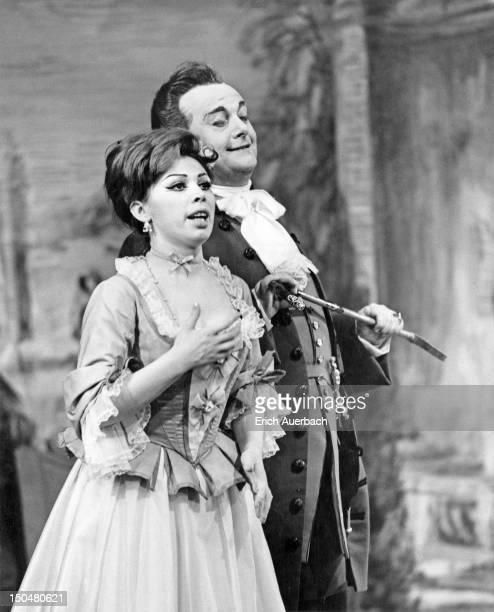 Italian operatic baritone Tito Gobbi as Count Almaviva and Italian soprano Mirella Freni as Susanna in Mozart's opera 'Le Nozze di Figaro' at Covent...