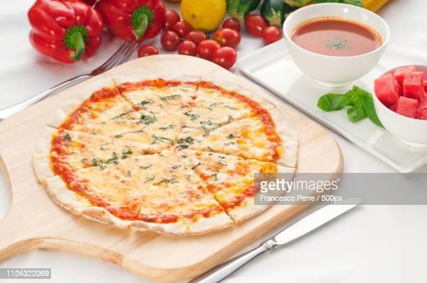 italian original thin crust pizza - crosta di formaggio foto e immagini stock