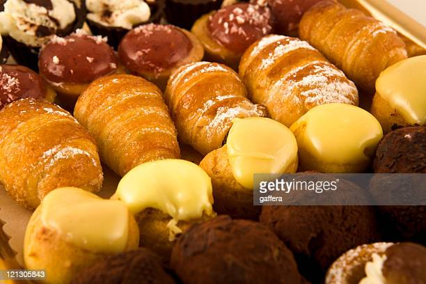 italian pastries - cream cake stock pictures, royalty-free photos & images