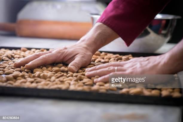 Pâtisserie boulangerie pâtisserie de patisserie italienne: faire griller les amandes sur le plateau de cuisson