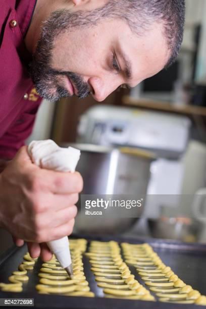 Pâtisserie boulangerie pâtisserie de patisserie italienne: à l'aide de sac, une poche pour façonner des pâtisseries