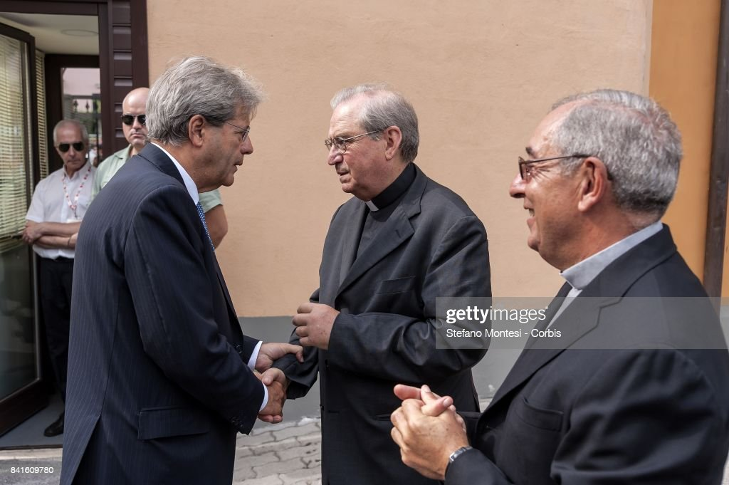 Photos et images de italian pm paolo gentiloni visits the citadel of italian pm paolo gentiloni greet the director of caritas rome msgr enrico feroci near m4hsunfo