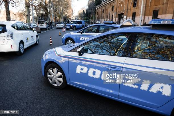 Italian police officers conduct a security check-point in a central street of Rome on December 24, 2016. / AFP / Andreas SOLARO