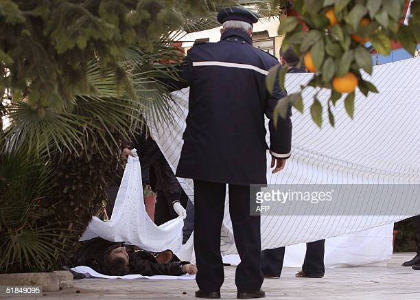 Italian policemen examine 11 December 2004 in Naples the body of Francesco Alfieri brother of former Camorra boss Carmine Alfieri who turned state's...