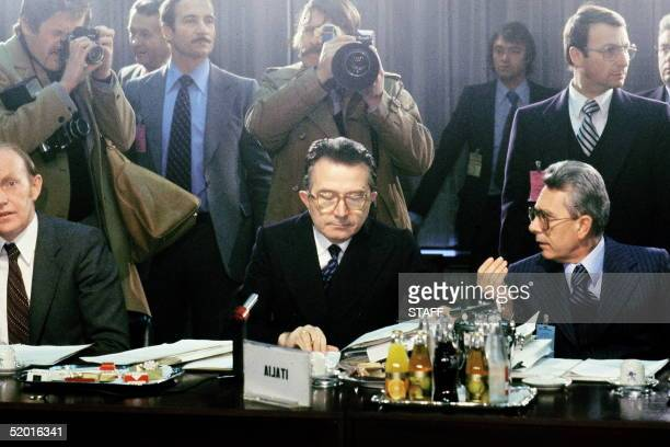 Italian Prime minister Giulio Andreotti and Foreign minister Arnaldo Forlani talk together 04 December 1978 during the EEC Summit in Brussels which...