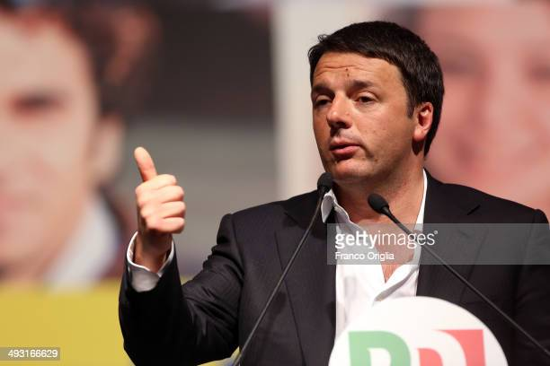 Italian Prime Minister Matteo Renzi closes his Rome campaign for the European elections at Piazza del Popolo on May 22 2014 in Rome Italy Matteo...