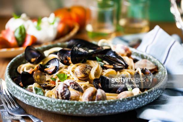 italian seafood pasta with mussels and clams (spaghetti vongole) - culture méditerranéenne photos et images de collection