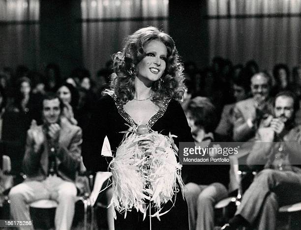 Italian showgirl Loretta Goggi imitating Italianborn Swiss singer Mina in the TV variety show Canzonissima Rome 1972