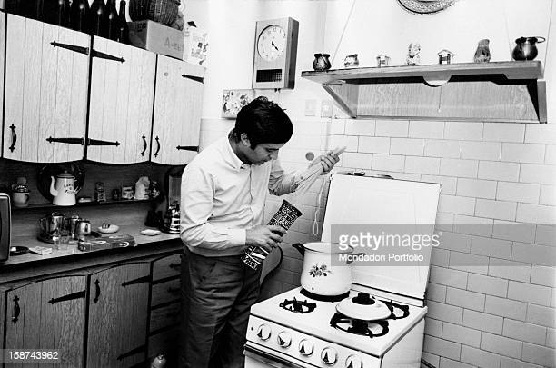 Italian singer Fred Bongusto whose real name is Alfredo Antonio Carlo Buongusto is about to put the pasta into the pot in his personal Roman house in...