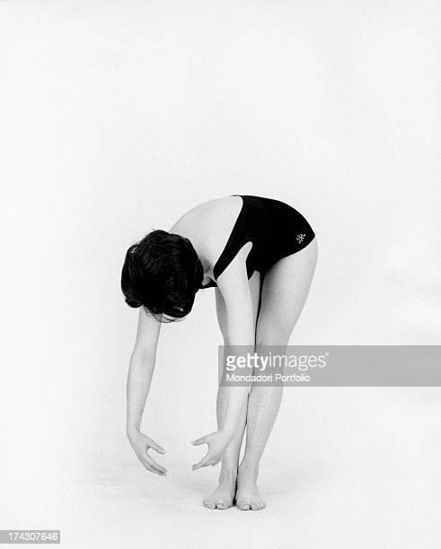 Italian singer Stella Dizzy bending forward 1960s