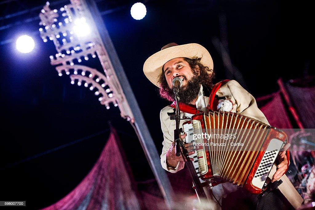 Vinicio Capossela and Gianni Morandi Performs At Calitri Sponz Festival : Foto di attualità