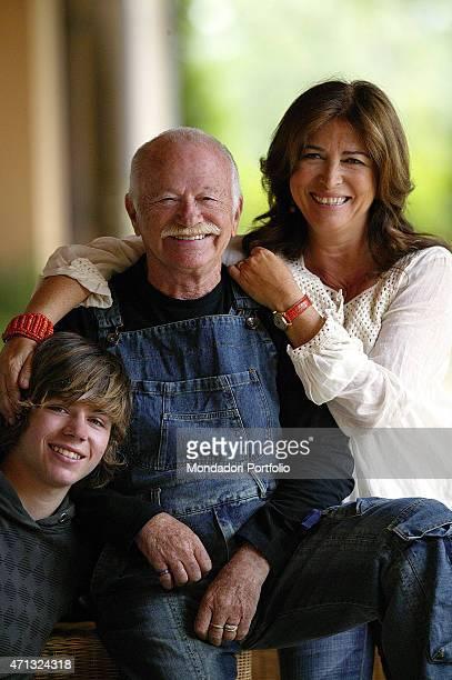 Italian singer-songwriter and musician Gino Paoli smiling beside his Italian son Tomaso Paoli and his Italian wife Paola Penzo. Campiglia Marittima,...