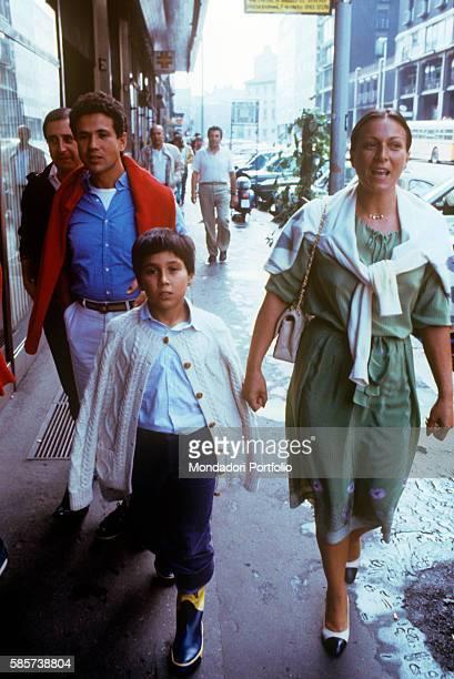 Italian singersongwriter Lucio Battisti walking with his son Luca Battisti and his wife Grazia Letizia Veronese 1982