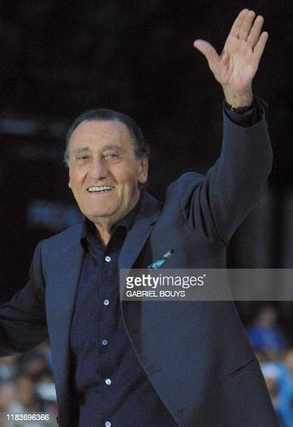 """Italian star Alberto Sordi salutes before the presentation of Woody Allen's film """" The Curse of the Jade Scorpion"""" in competition at the 58th..."""