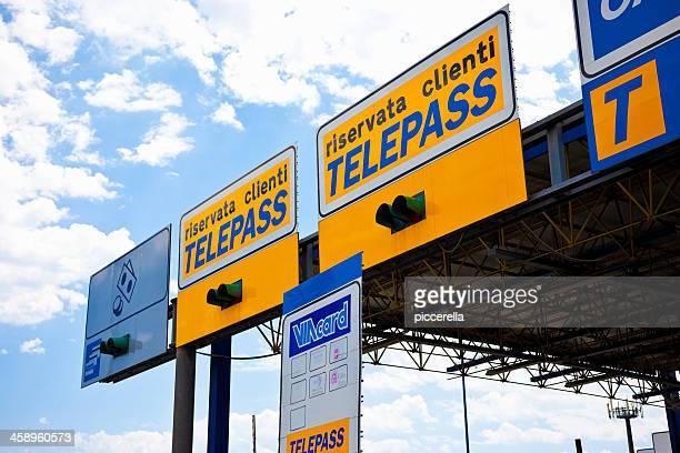 italiano casello autostradale - autostrada foto e immagini stock