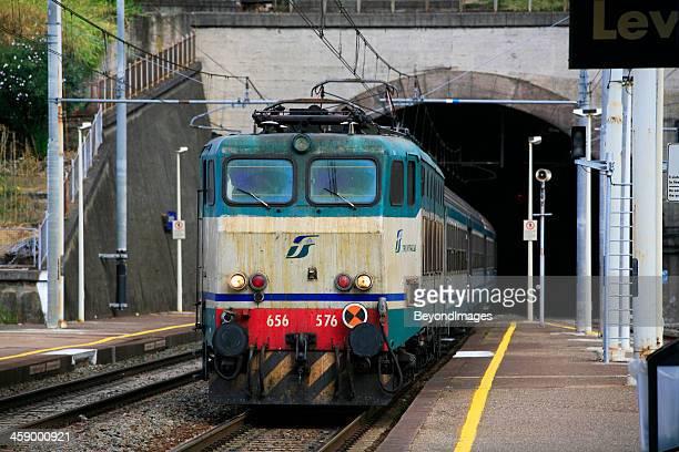Italienische Touristenbahn entstammt tunnel