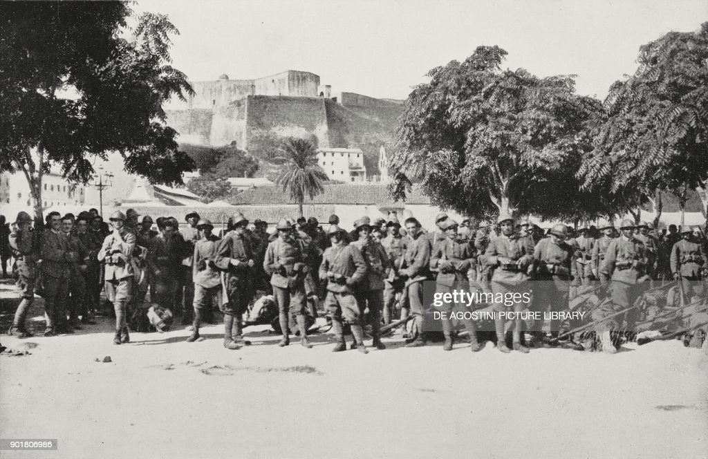 Italian troops on Corfu pier : Nieuwsfoto's