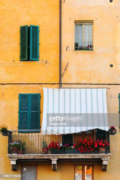 italian windows and balcony - cultura mediterránea fotografías e imágenes de stock
