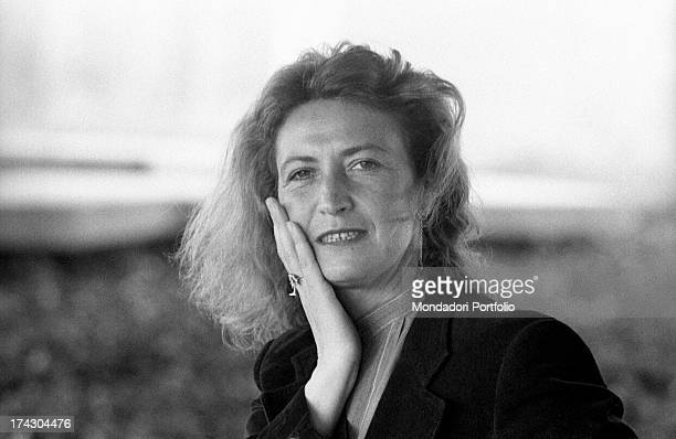 Italian writer and journalist Barbara Alberti smiling leaning her hand on her face 1970s