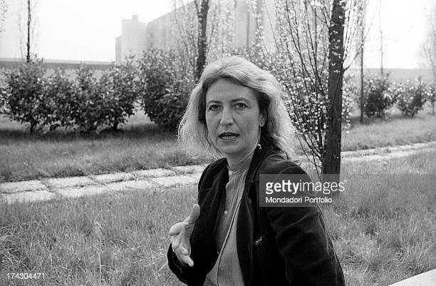 Italian writer and journalist Barbara Alberti talking gesticulating in a garden 1970s