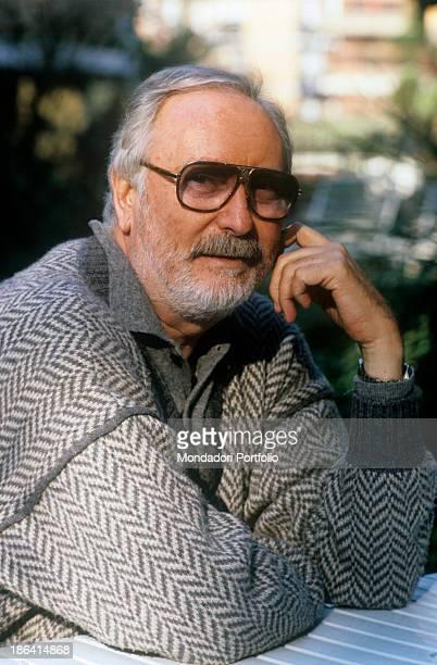 Italian writer and lyricist Antonio Amurri posing smiling leaning on a table 1987