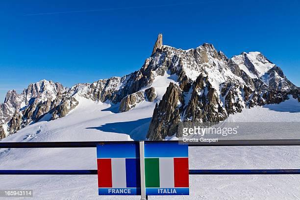 italiano-confine francese del massiccio del monte bianco - monte bianco foto e immagini stock