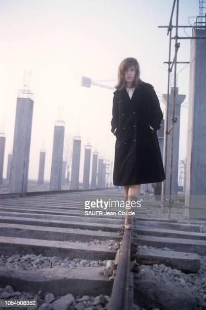 Italie février 1964 L'actrice Monica VITTI sur le tournage du film 'Le désert rouge' de Michelangelo Antonioni Ici l'actrice italienne marchant mains...