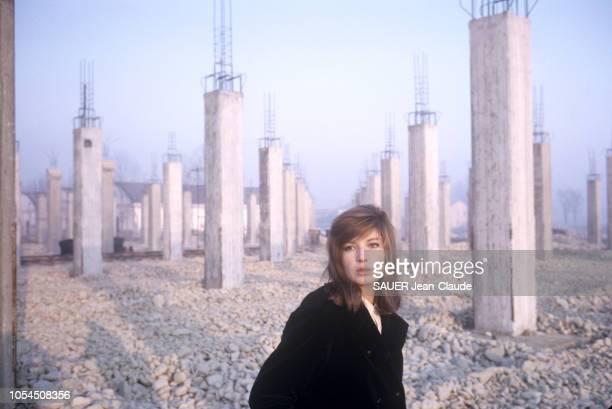 Italie février 1964 L'actrice Monica VITTI sur le tournage du film 'Le désert rouge' de Michelangelo Antonioni Ici l'actrice italienne posant au...