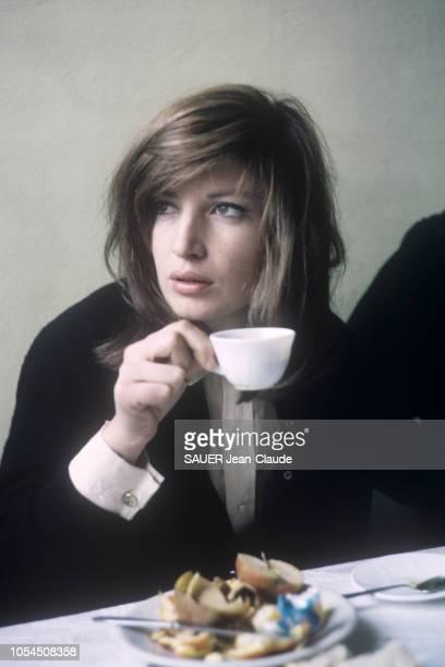 Italie février 1964 L'actrice Monica VITTI sur le tournage du film 'Le désert rouge' de Michelangelo Antonioni Ici l'actrice italienne de troisquarts...