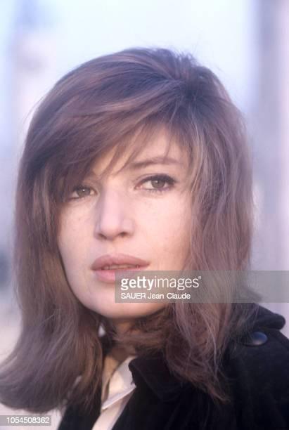 Italie février 1964 L'actrice Monica VITTI sur le tournage du film 'Le désert rouge' de Michelangelo Antonioni Portrait en gros plan de l'actrice...