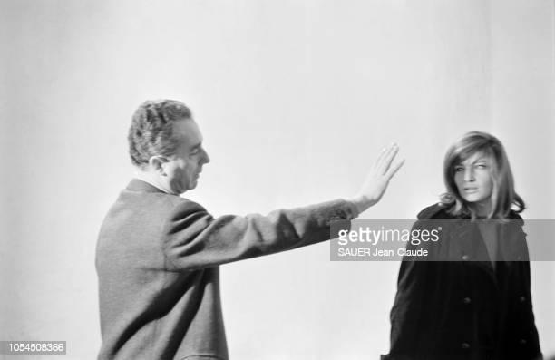 Italie février 1964 Le réalisateur Michelangelo ANTONIONI tourne son film 'Le désert rouge' Avec Monica VITTI sa compagne dans la vie Ici le...