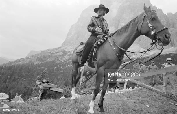 Italie juillet 1969 Tournage du film 'Le spécialiste' de Sergio Corbucci Avec Johnny HALLYDAY Ici chevauchant un cheval en costume western devant un...