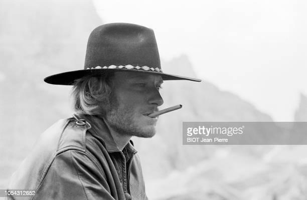 Italie juillet 1969 Tournage du film Le spécialiste de Sergio Corbucci Avec Johnny HALLYDAY Ici en plan rapproché de profil coiffé d'un chapeau de...