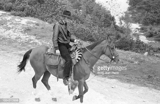 Italie juillet 1969 Tournage du film 'Le spécialiste' de Sergio Corbucci Avec Johnny HALLYDAY Ici descendant un chemin de montagne sur sa monture en...
