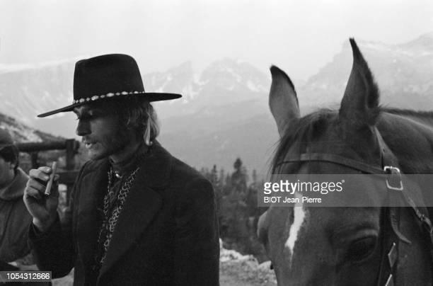 Italie juillet 1969 Tournage du film 'Le spécialiste' de Sergio Corbucci Avec Johnny HALLYDAY Ici en plan rapproché et de troisquarts fumant un...