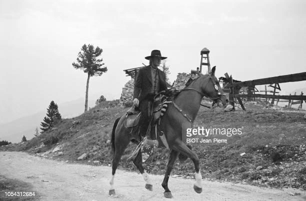 Italie juillet 1969 Tournage du film 'Le spécialiste' de Sergio Corbucci Avec Johnny HALLYDAY Ici chevauchant sa monture en costume western sur une...