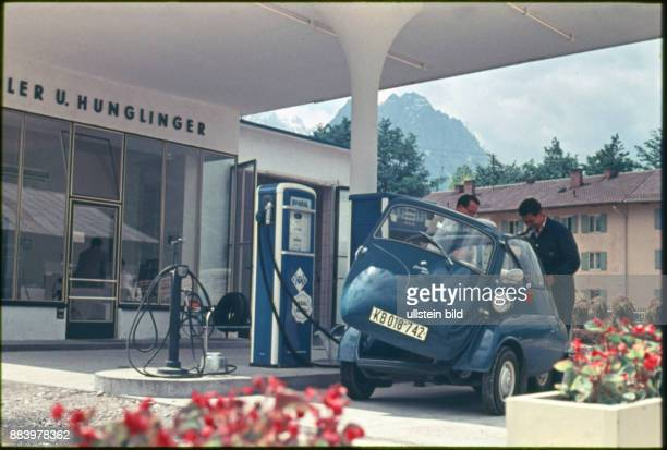 Italien Aufnahme ca 1960 Oldtimer BMW Isetta an einer Aral Tankstelle