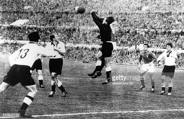 Italien BR Deutschland 21 vor 100000Zuschauern im Olympiastadion von Rom Der deutsche Torwart Herkenrath faustetden Ball weg vlnr...
